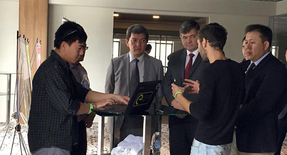 Вице-премьер Олег Панкратов на марафоне программирования Urban Data Hackathon — 2016 в Бишкеке