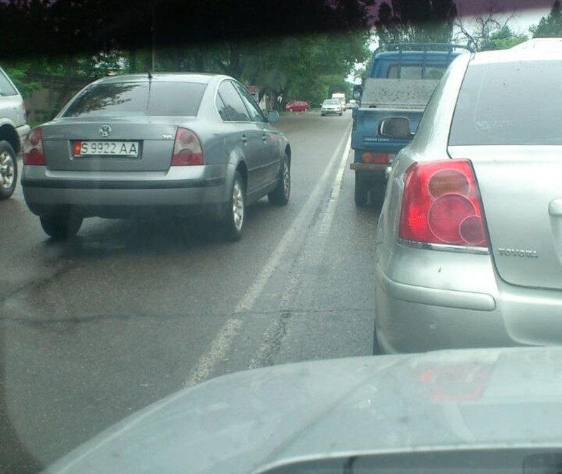 Автомашина марки Volkswagen Passat, выехавшая на встречную полосу по улице Льва Толстого