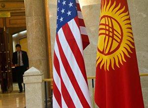Кыргызстандын жана АКШнын желектери. Архив