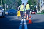Сотрудники муниципального предприятии Бишкекасфальтсервис во время нанесения дорожных разметок