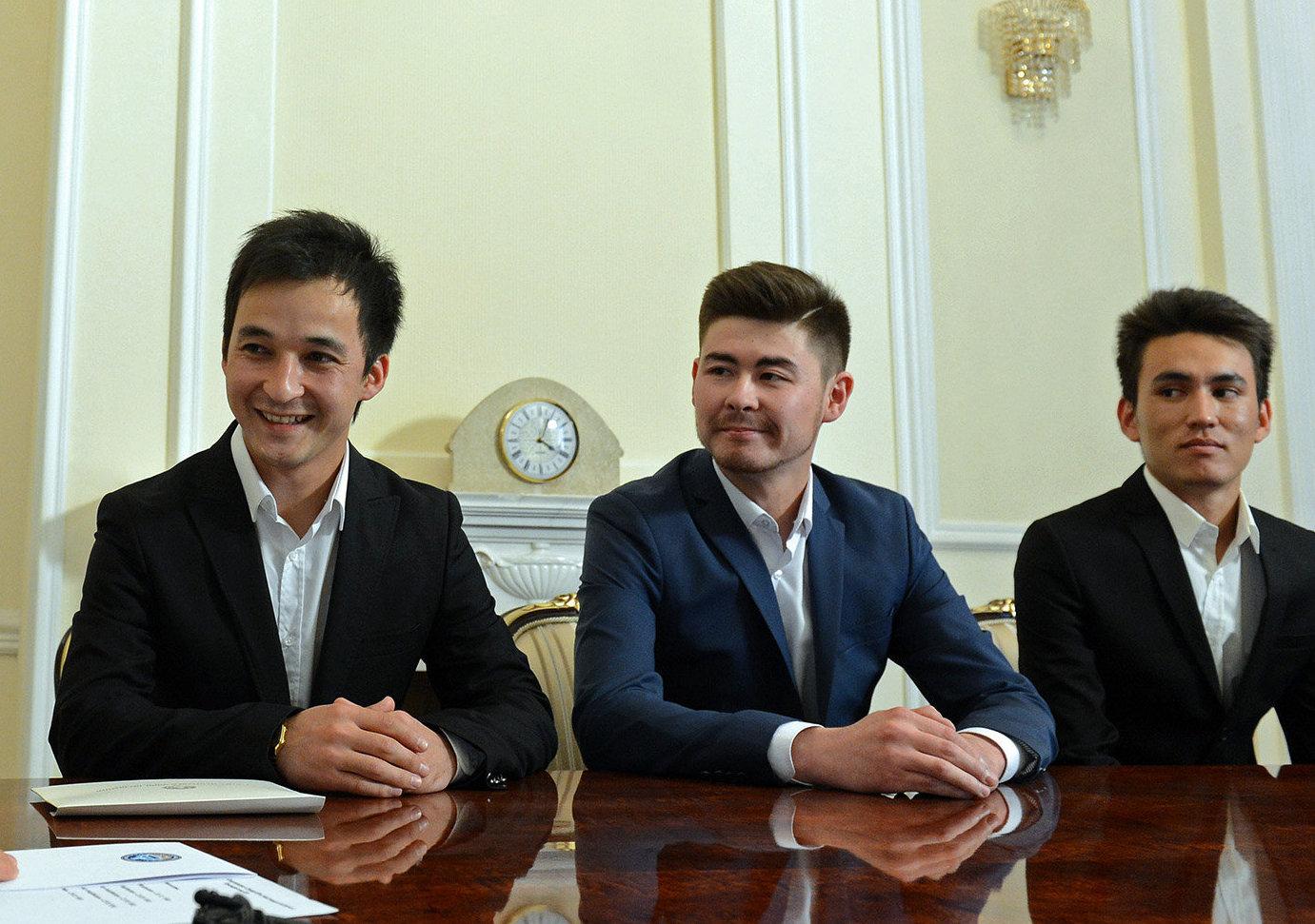 Президент Алмазбек Атамбаев принял участников танцевальной группы Тумар КР и Атая Омурзакова