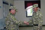 Марат Кенжисариев кенже лейтенант Айдарбек Бузурманбек уулуна кол саатын чечип берүү учурунда