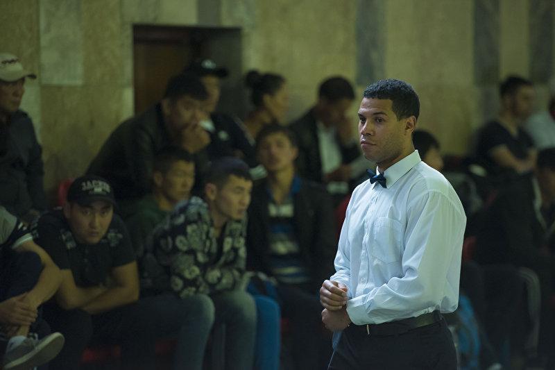 Известный кыргызстанский кикбоксер Ален Офойо во время судейства на республиканском соревновании по кикбоксингу. Архивное фото
