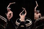 Музыканты играют на барабанах тайко. Архивное фото