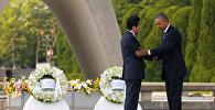 Президент США Барак Обама и премьер-министр Японии Синдзо Абэ во время возложения цветов к мемориалу памяти жертв атомной бомбардировки Хиросимы в 1945 году.