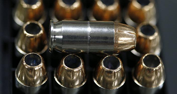 Коробка пистолетных патронов на прилавке. Архивное фото