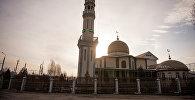 Мечеть на закате в новостройке Ак-Орго на окраине города Бишкек. Архивное фото