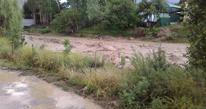 Несчастный случай произошел в пятницу в 18.00. Из-за проливных дождей сель сошел на автодорогу и подтопил хозпостройки.