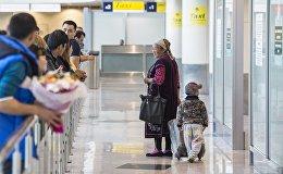 Пассажиры в новом секторе Е в аэропорту Домодедово. Архивное фото