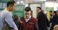 Сотрудник ФМС России проверяет документы мигранта. Архивное фото