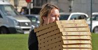 Девушка с коробками пицц. Архивное фото