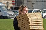 Пицца көтөрүп бараткан кыз. Архив