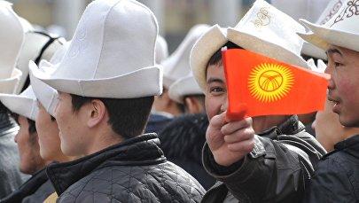 Парень с флагом Кыргызстана. Архивное фото