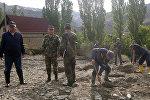Сотрудники МЧС расчищают завал сошедшего селя в городе Кадамжай