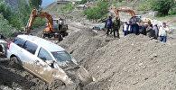 Премьер Жээнбеков увидел своими глазами результаты схода селя в Кадамд