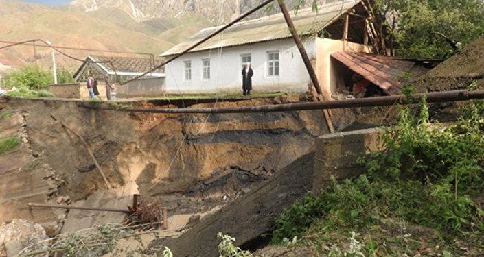 В пятницу в Кадамджайском районе Баткенской области из-за проливных дождей грязевой поток сошел на автодорогу и подтопил хозпостройки.