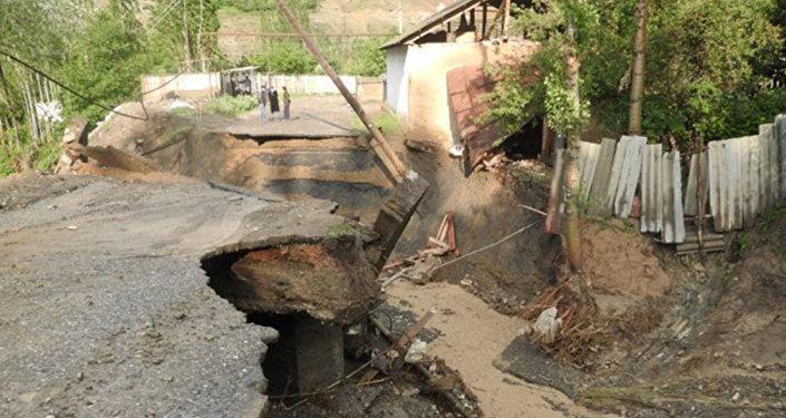 Стихия унесла автомашину на автодороге Ош — Айдаркен. В ней, по первоначальной информации, было шесть человек, пятеро погибли.