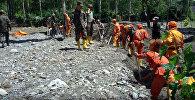Сотрудники МЧС на месте сошедшего селя в Кадамджайском районе села Жийделик