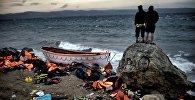 Мигранты и их лодка. Архивное фото