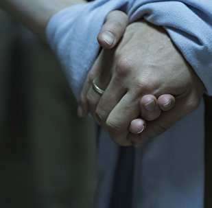 Молодожены держатся за руки. Архивное фото