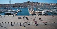 Люди идут вдоль Старого порта в Марселе на юге Франции. Архивное фото