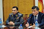 Премьер министр КР Сооронбай Жээнбеков и и.о. министра внутренних дел Кашкар Жунушалиев