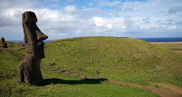 Истуканы на острове пасхи. Архивное фото