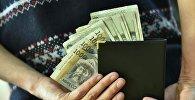 Мужчина прячет деньги. Архивное фото