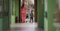 Женщина с ребенком в больнице. Архивное фото