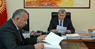 Президент Кыргызской Республики Алмазбек Атамбаев во время приема министра чрезвычайных ситуаций Кубатбека Боронова. Архивное фото