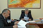 Президент Алмазбек Атамбаев жана өзгөчө кырдаалдар министри Кубатбек Боронов. Архив