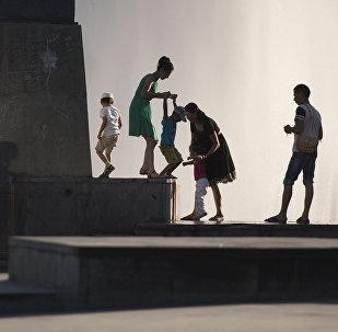 Горожане у фонтанов. Архивное фото