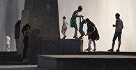 Бишкекте фонтанын алдында сүрөткө түшкөндөр. Архивдик сүрөт