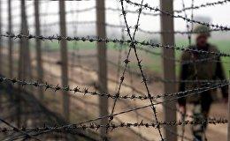 Пограничник потрулирует границу. Архивное фото