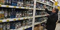 Посетитель в одном из магазинов торговой сети выбирает алкогольный напиток. Архивное фото