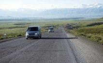 Автомобили на трассе Бишкек — Ош в Суусамырской долине. Архивное фото