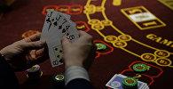 Мужчина играет в казино. Архивное фото