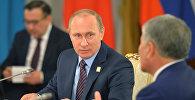 Президент России Владимир Путин и президент КР Алмазбек Атамбаев во время встречи в Москве. Архивное фото