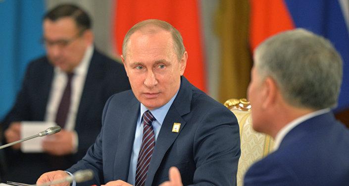 Президент России Владимир Путин во встречи с Алмазбеком Атамбаевым. Архивное фото
