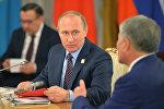 Глава России Владимир Путин и президент Кыргызстана Алмазбек Атамбаев во время встречи