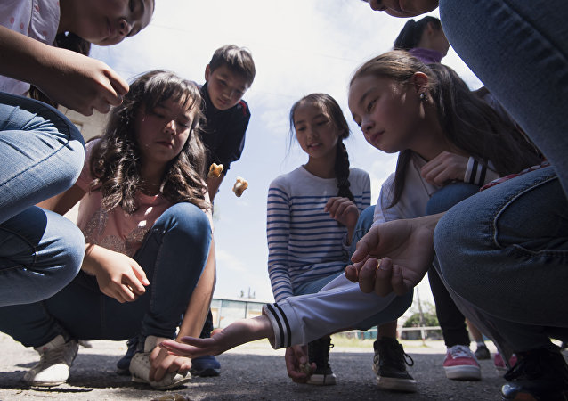 Дети играют в альчики. Архивное фото
