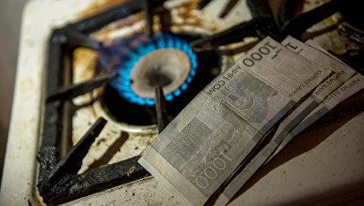 Газовая плита и деньги. Архивное фото