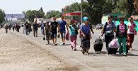 Люди в очереди на контрольно-пропускном пункте Ак-Жол на границе Кыргызстана и Казахстана. Архивное фото