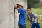 Дети играют в прятки. Архивное фото