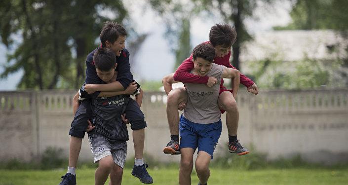 Архивное фото молодых ребят, которые играют на улице