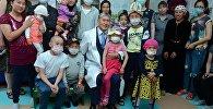 Президент Алмазбек Атамбаев навестил пациентов детского отделения онкологии и гематологии Национального центра онкологии в Бишкеке