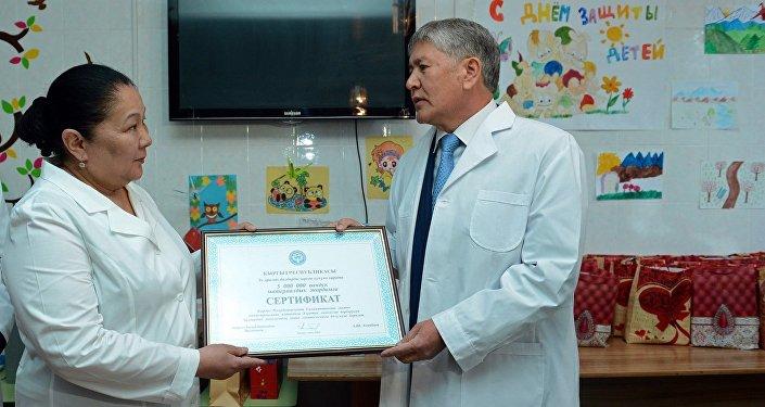 Глава государства вручил и.о. директора Национального центра онкологии сертификат на 5 миллионов сомов в виде финансовой поддержки детскому отделению онкологии и гематологии.