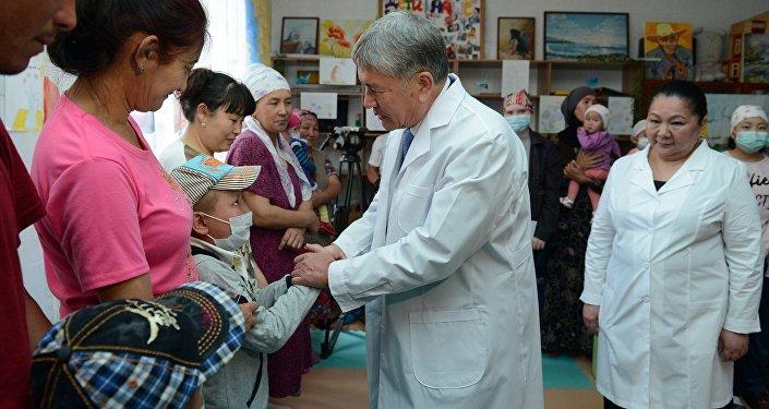 Глава государства передал 5 миллионов сомов детскому отделению онкологии и гематологии Национального центра онкологии