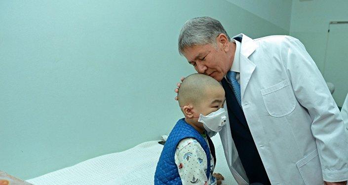 Президент пожелал детям выздоровления и поблагодарил сотрудников отделения за работу.