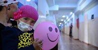 Девочка с матерью в больнице. Архивное фото